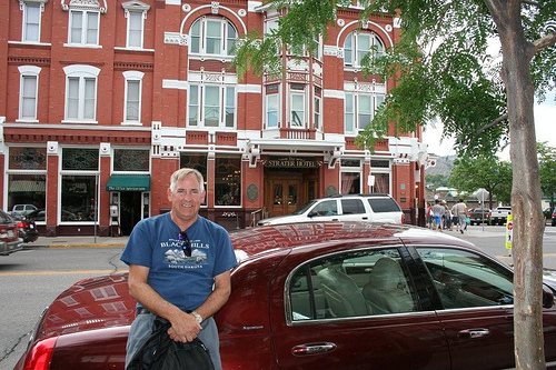 Ray Stevens Outside Strater Hotel (1)